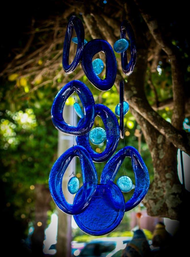 Carillones de viento de cristal azules colgantes imagenes de archivo