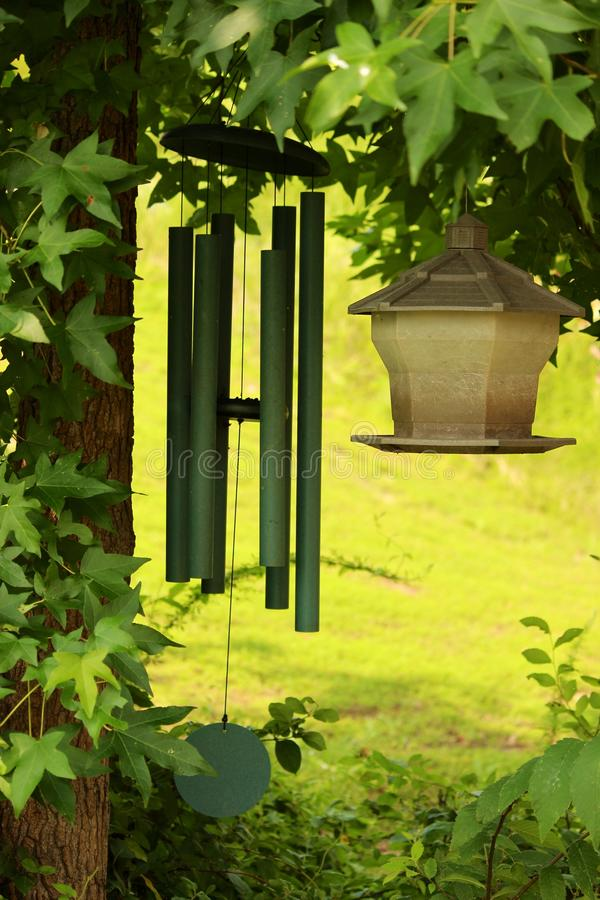 Carillones del alimentador y de viento del pájaro imagen de archivo