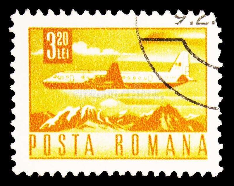 Carimbo impresso na Romênia mostra Ilyushin Il-18 Airliner sobre Mountain Landscape, Postal e Transport serie, cerca de 1968 imagem de stock royalty free