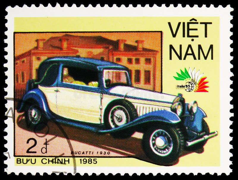 Carimbo impresso no Vietnã mostra Bugatti 1930, International Stamp Exhibition Italia -85, Automobiles serie, cerca de 1985 imagens de stock