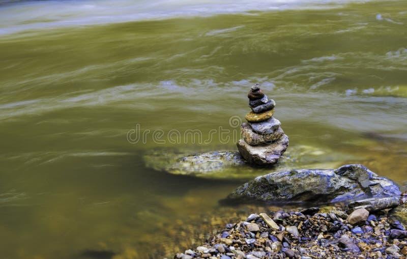 Carin dichtbij kust van het bewegen van rivier - lange blootstelling stock afbeeldingen