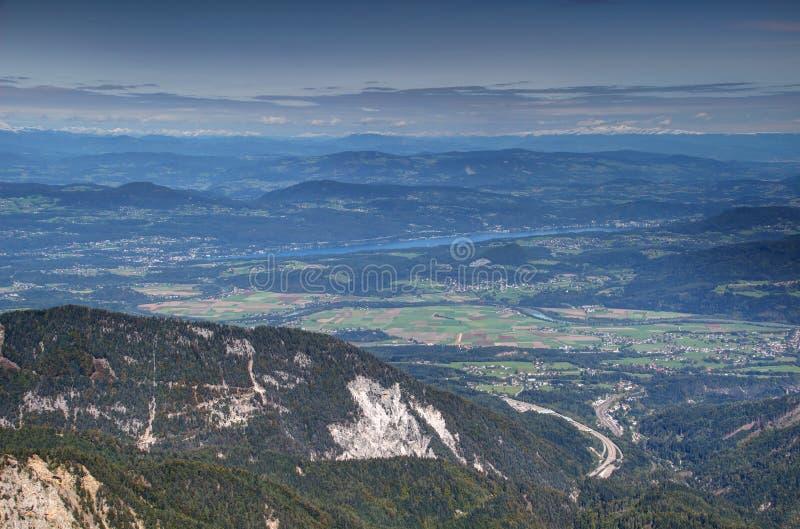 Carinthia krajobraz w Austria z jeziorem, wzgórzami i górami, fotografia royalty free