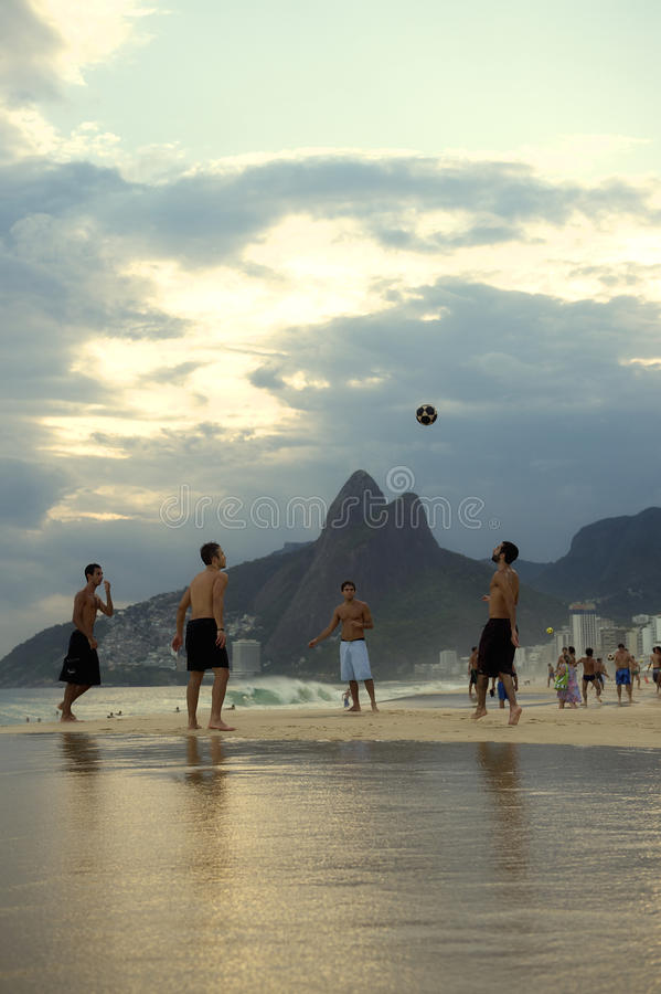 Carioca Brazilianen die de Voetbal van het het Strandvoetbal van Altinho Futebol spelen royalty-vrije stock fotografie