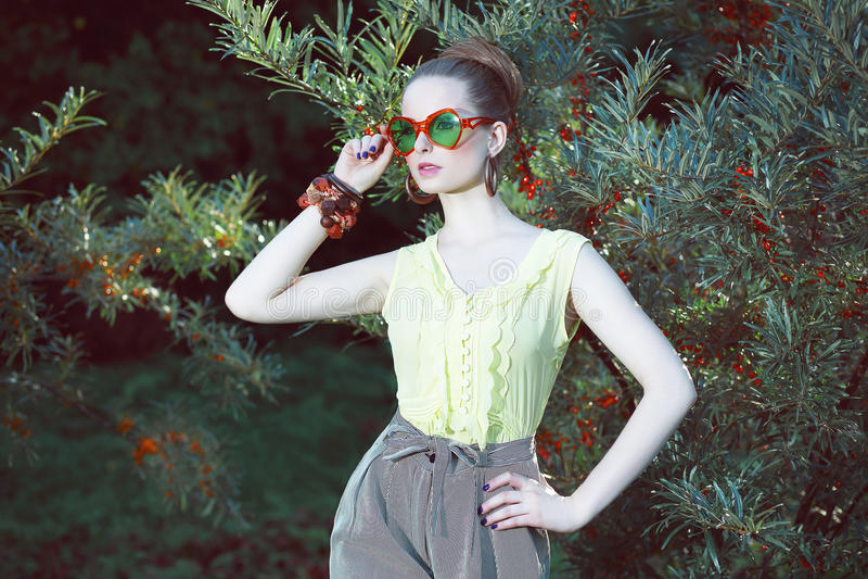 Carisma. Mulher bonito em óculos de sol extravagantes fora fotos de stock royalty free
