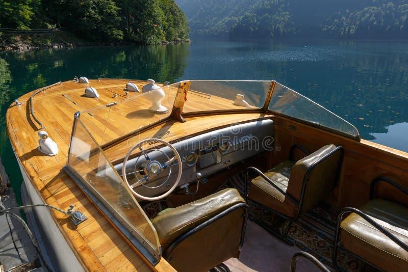Carlinga de la lancha de carreras del vintage en el lago Ritsa fotos de archivo libres de regalías