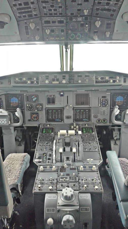 Carlinga de un avión de pasajeros blanco y negro imagen de archivo libre de regalías