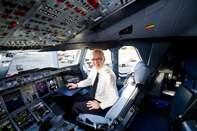 Carlinga y piloto de Lufthansa A380 fotografía de archivo libre de regalías