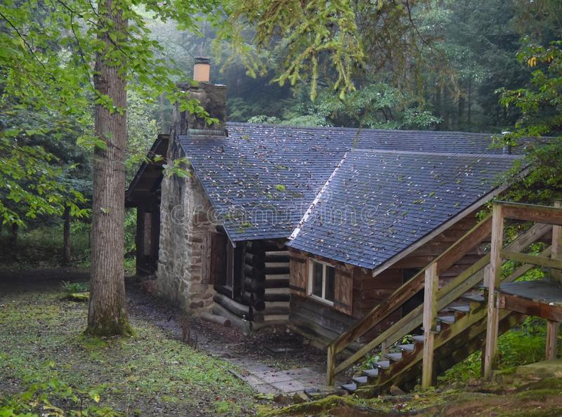Carlingue de rondin rustique dans les bois photos stock