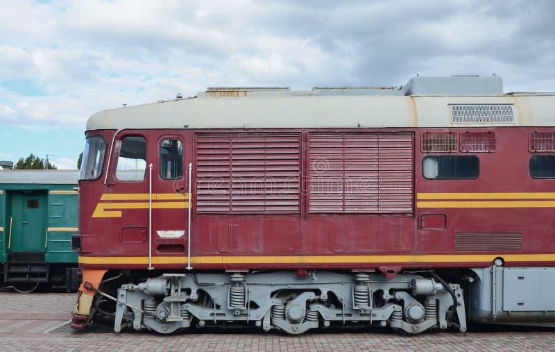 Carlingue de train électrique russe moderne Vue de côté de la tête du train ferroviaire avec beaucoup de roues et fenêtres sous f photos stock