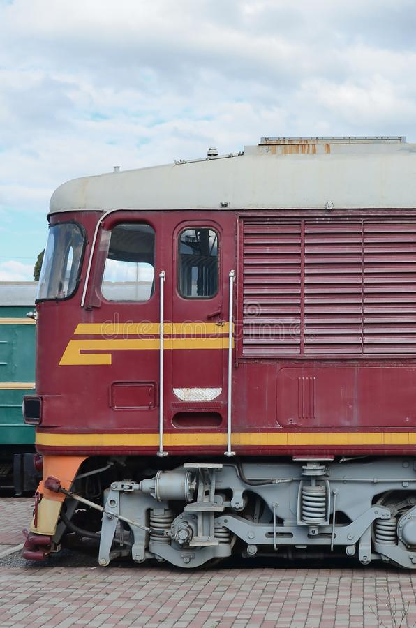 Carlingue de train électrique russe moderne Vue de côté de la tête du train ferroviaire avec beaucoup de roues et fenêtres sous f image libre de droits