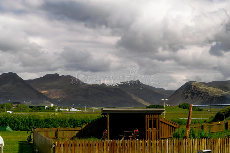 Carlingue devant des montagnes photographie stock