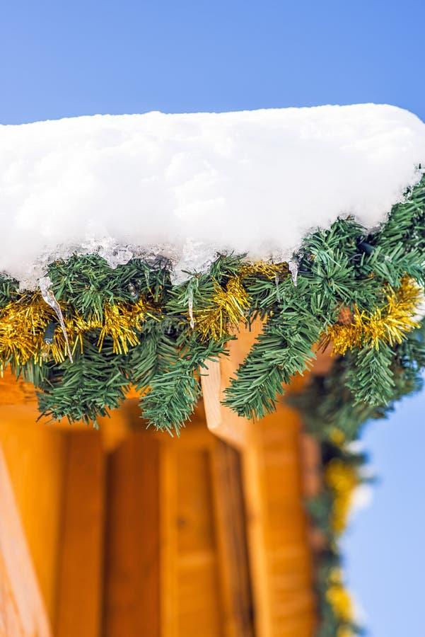 Carlingue en bois avec le neige-chapeau image stock