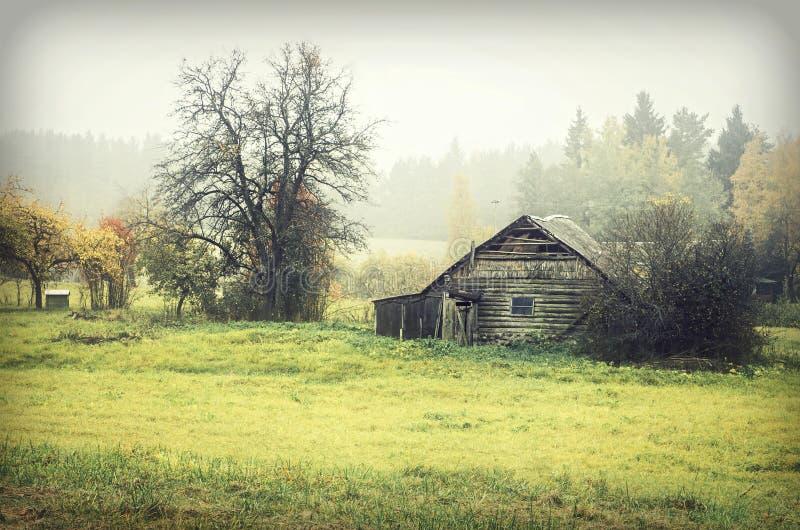 Carlingue en bois dans la campagne photographie stock libre de droits