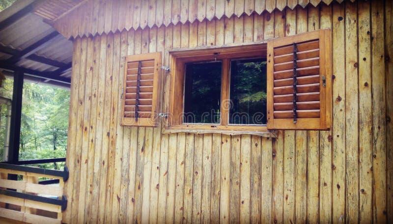 Carlingue en bois dans la forêt photographie stock