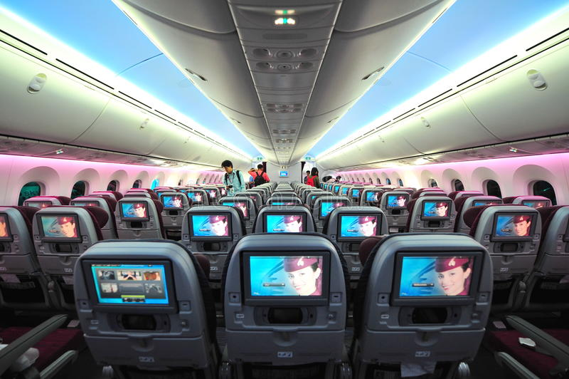Carlingue spacieuse et confortable de classe touriste de Qatar Airways Boeing 787-8 Dreamliner à Singapour Airshow images stock