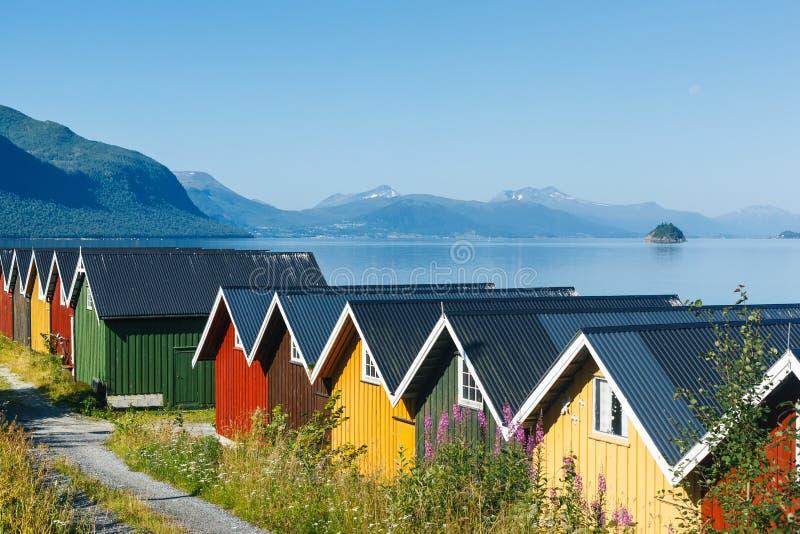 Carlingues colorées de camping sur le rivage de fjord image libre de droits