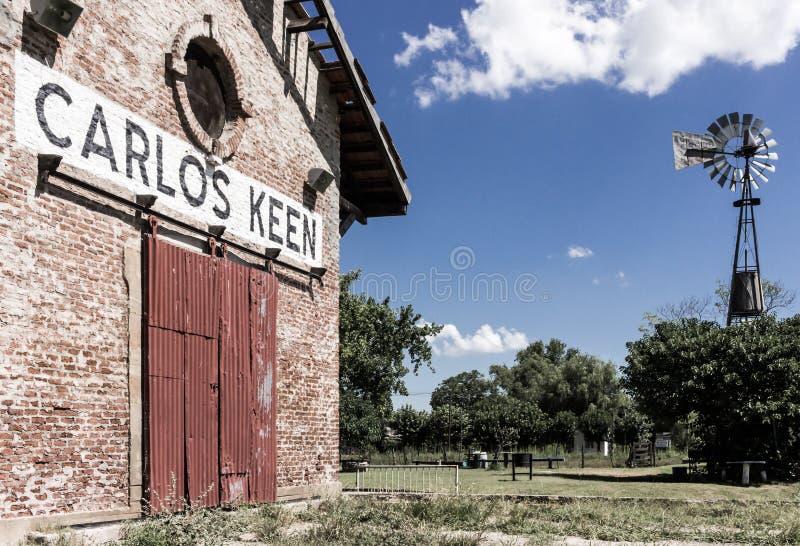 Carlos Keen Railroad station och väderkvarn fotografering för bildbyråer