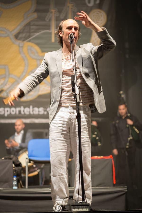 Carlos Nuñez, den berömda spelaren av gaitaen, festivalfolk vaggar royaltyfria foton