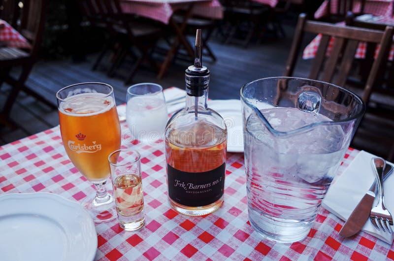 Carlsberg öl & en akvavit i en restaurang arkivbild