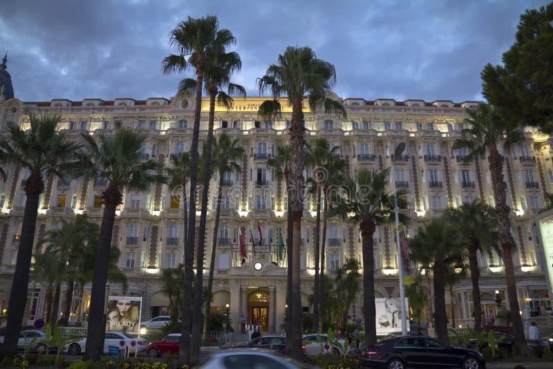 Carlton Hotel intercontinental en Cannes en la noche foto de archivo libre de regalías