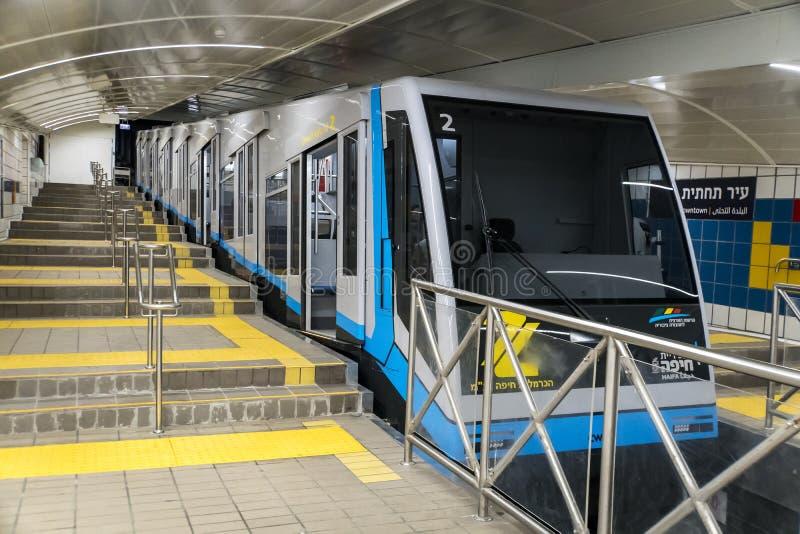 Carmelit un ferrocarril funicular subterráneo, uno del subterráneo más pequeño del mundo, solamente cuatro coches, seis estacione imagen de archivo