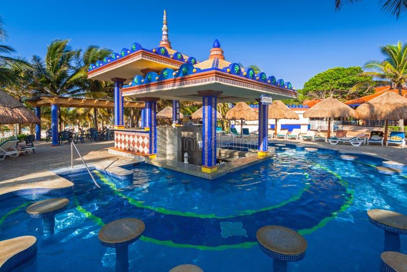 Carmen, Mexiko - 16. Juli 2011: Luxusswimmingpoollandschaft in Hotel RIU Yucatan lizenzfreie stockfotos