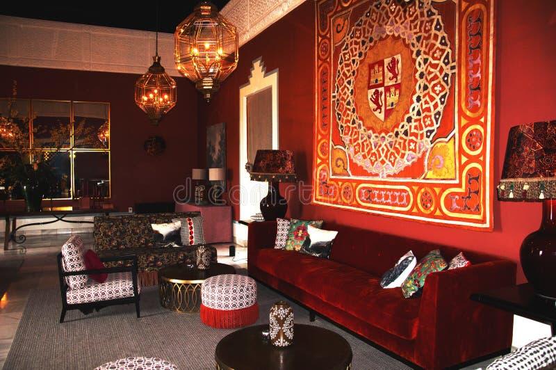 Carmona, España 19 01 2019 Hotel Padador Viejo interior español clásico con el sofá y la alfombra rojos grandes del terciopelo en imágenes de archivo libres de regalías