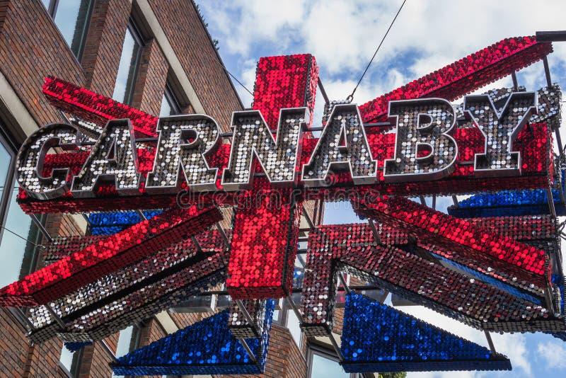 Carnaby-Zeichen, das über Carnaby Street London hängt stockfotografie