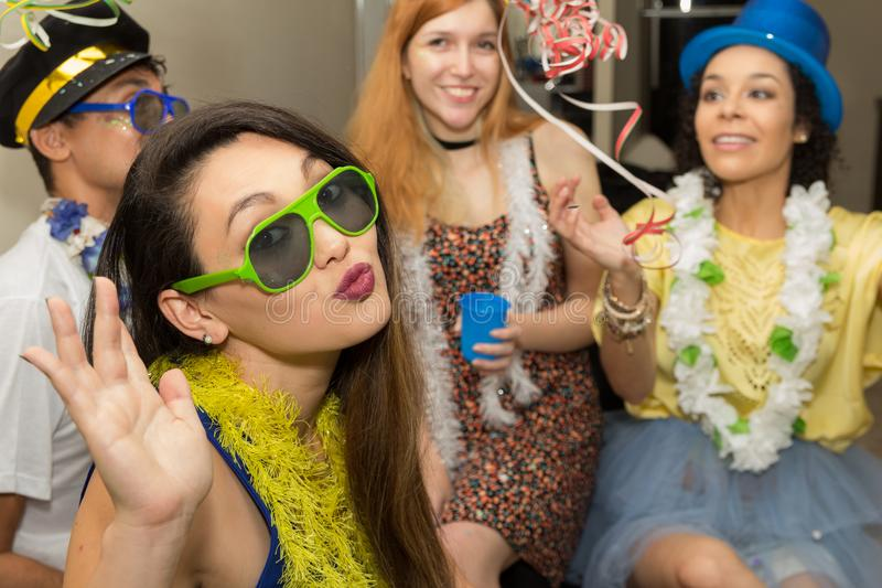 Carnaval党的美丽的亚裔妇女在巴西 女孩是s 免版税库存照片
