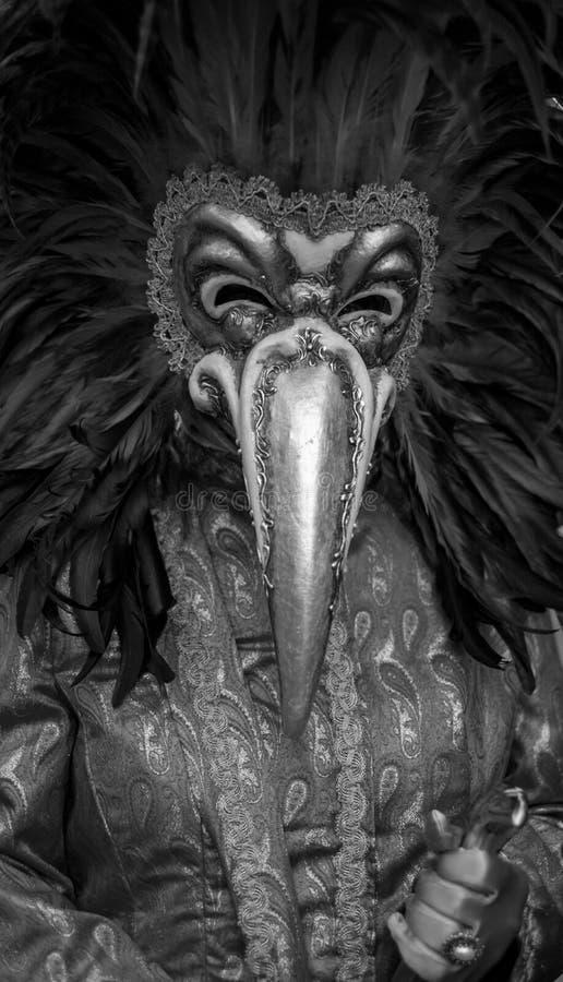 Carnaval-asistente vestido y enmascarado que se coloca en cuadrado del ` s de St Mark durante los di Venezia de Carnivale del car imagen de archivo