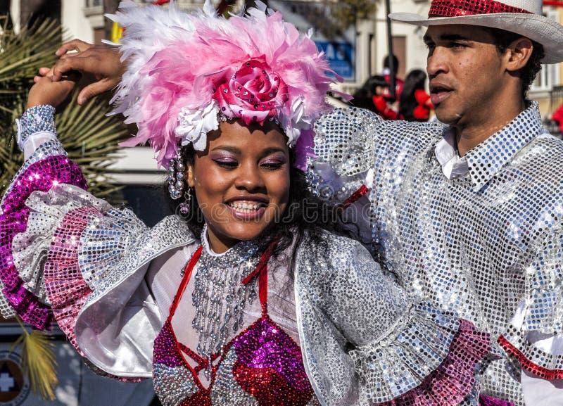 Carnaval célèbre de Nice, bataille de ` de fleurs Une paire de danseurs images stock