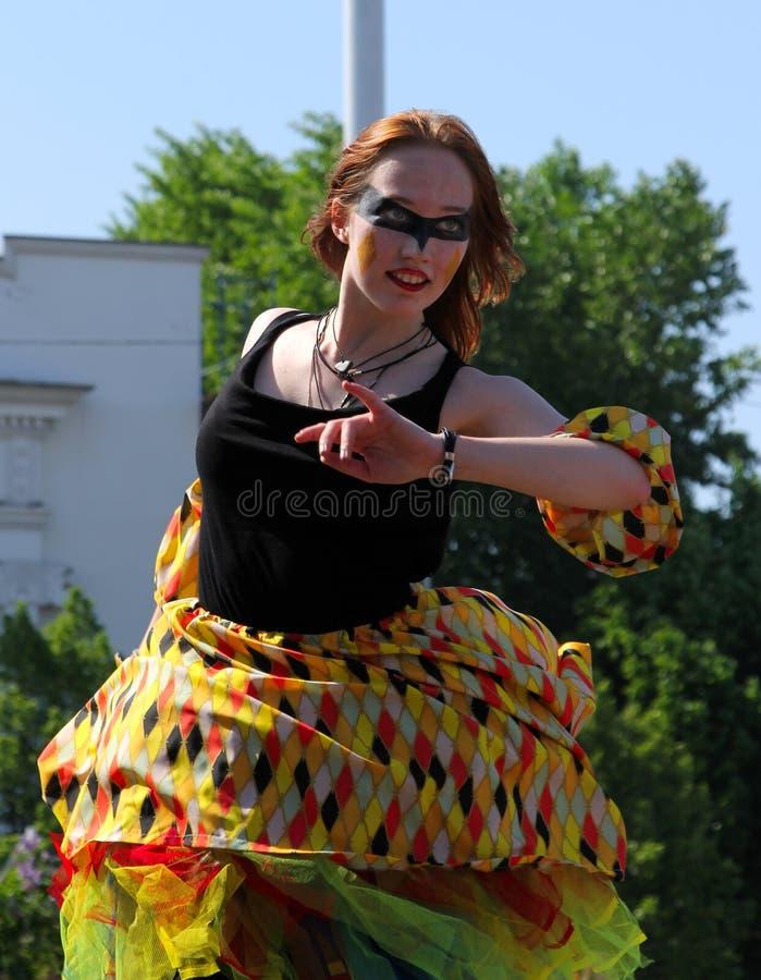 Carnaval-danser bij Cosplay-festival stock afbeeldingen