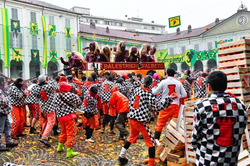Carnaval de Ivrea. La batalla de naranjas. foto de archivo libre de regalías