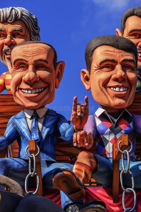 Carnaval de Putignano: flutuadores Políticos italianos: gestos supersticiosos ITÁLIA (Apulia) foto de stock royalty free
