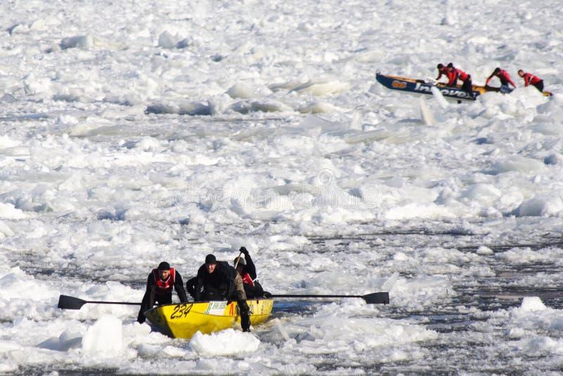 Carnaval de Quebec: Raza de la canoa del hielo fotos de archivo