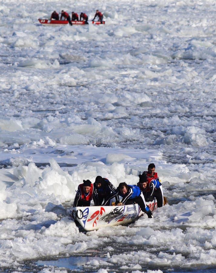 Carnaval de Quebec: Raza de la canoa del hielo foto de archivo libre de regalías