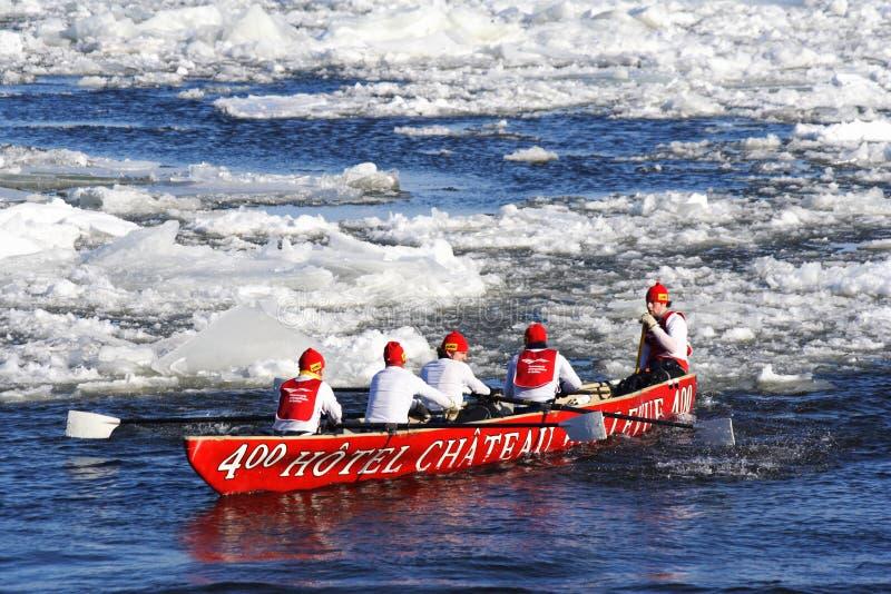 Carnaval de Quebec: Raza de la canoa del hielo imagen de archivo