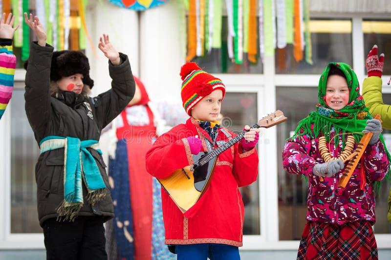 Carnaval de vacances Neige d'hiver Enfants avec des butées toriques Nous voyons l'hiver La représentation des enfants à un concer photographie stock libre de droits