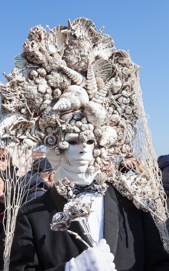 Carnaval de Venecia, Italia Hombre que lleva una máscara elaborada de conchas marinas fotografía de archivo
