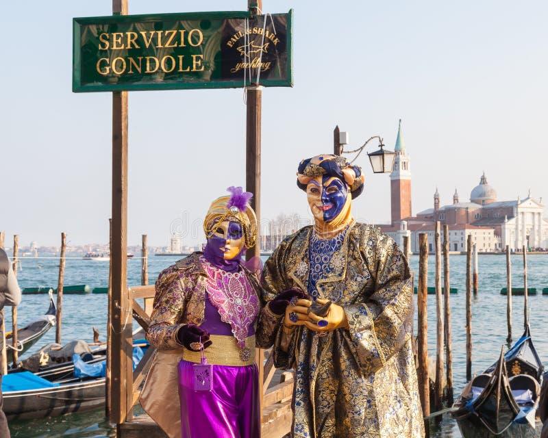 2017 carnaval de Venecia, Italia Pares en la laguna con la muestra de la góndola foto de archivo