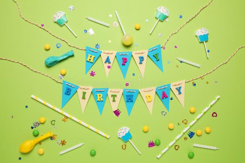 Carnaval en partijdecor Zoet suikergoed, ballons, stro De achtergrond van de verjaardag stock fotografie