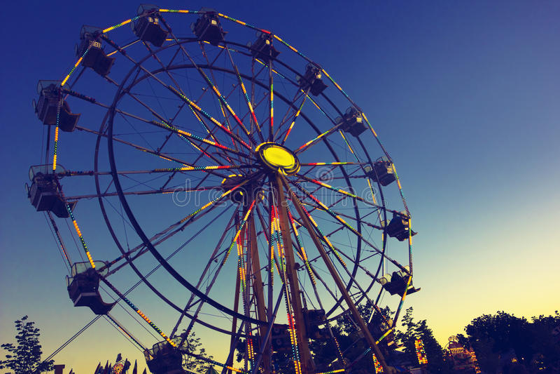 Carnaval Ferris Wheel na noite fotos de stock