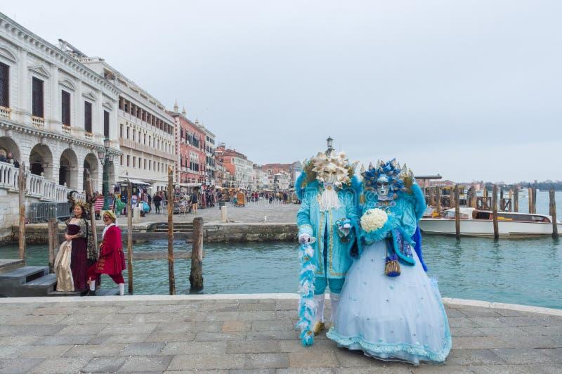 Carnaval gemaskeerde mensen dichtbij Piazza San Marco in Venetië stock afbeelding