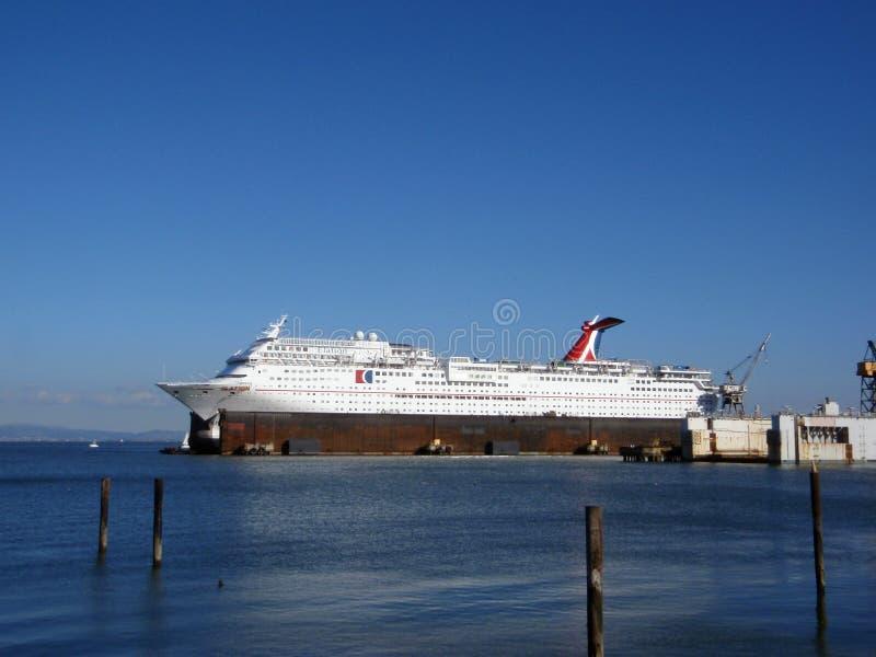 Carnaval-het schip van de Cruiseopgetogenheid zit in Droogdok aangezien het rep ontvangt royalty-vrije stock foto