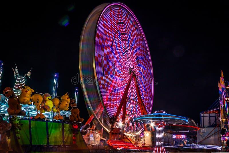 Carnaval la nuit - les tours dans le mouvement ont modelé des lumières photos libres de droits