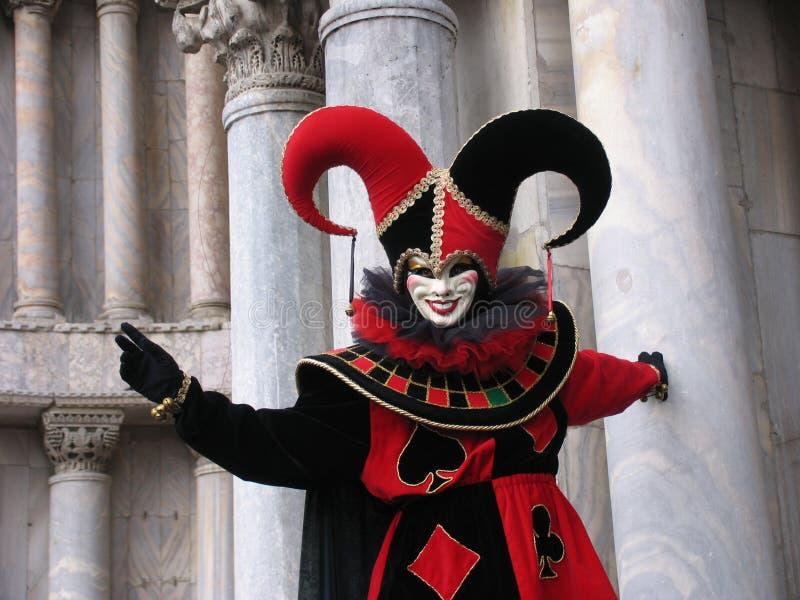 Carnaval: máscara del bromista delante de pilares imagen de archivo libre de regalías