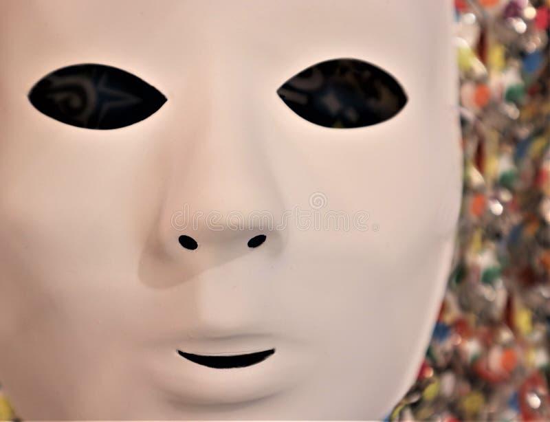 Carnaval-masker op gekleurd klatergoud stock foto