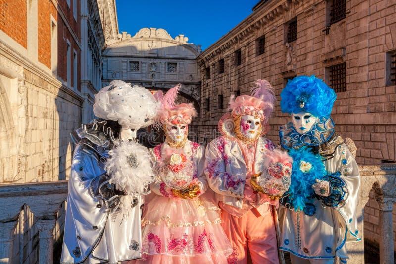 Carnaval-maskers tegen Brug van Sighs in Venetië, Italië royalty-vrije stock foto