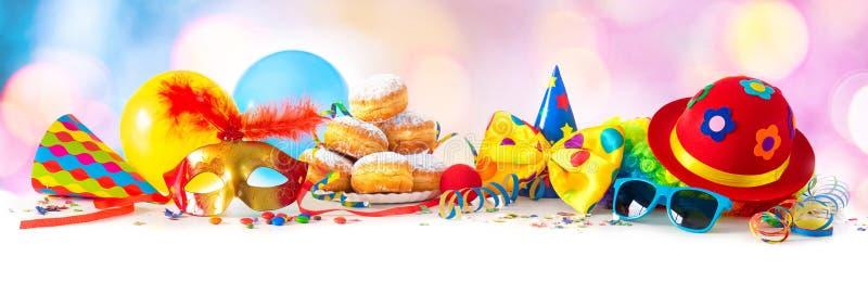 Carnaval ou partido com anéis de espuma, balões, flâmulas e confetes e cara engraçada foto de stock royalty free