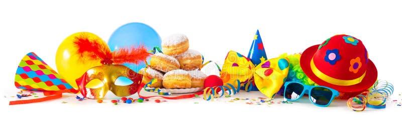 Carnaval ou partido com anéis de espuma, balões, flâmulas e confetes e cara engraçada imagem de stock royalty free
